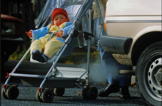 Автомобильные выхлопы подкашивают ноги.